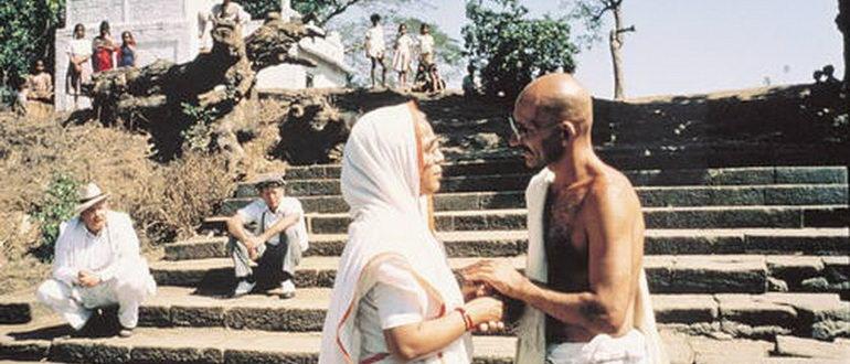 сцена из фильма Ганди (1982)